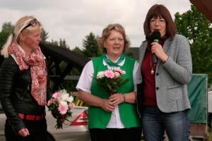 Martina Mieritz, SPD-Regionalbeauftragte EE-Süd, dankte den Hauptorganisatoren Iris Jagel (li.) und Gisela Posselt (m.) für ihr Engagement