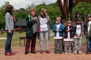Barbara Hackenschmidt würdigt die Arbeit der Schulleiterin Corina Langer