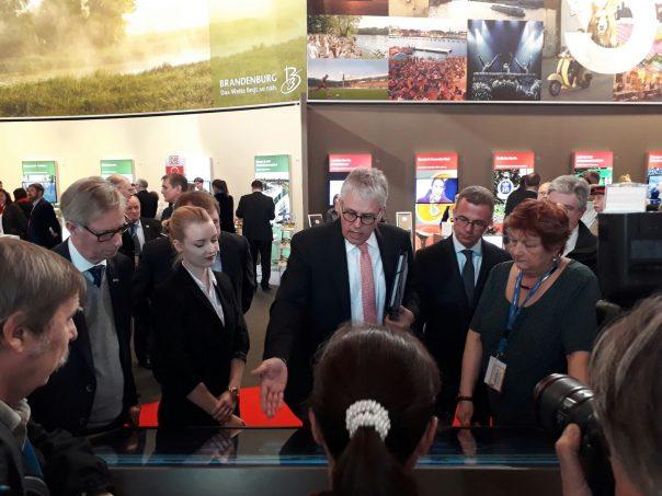 Wirtschaftsausschuss beim Rundgang mit Minister Gerber auf der ITB Berlin