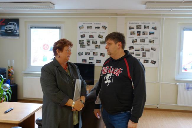 Im Gespräch vertieft - Barbara Hackenschmidt und Ralf Laake vom Johanniter-Fahrdienst.