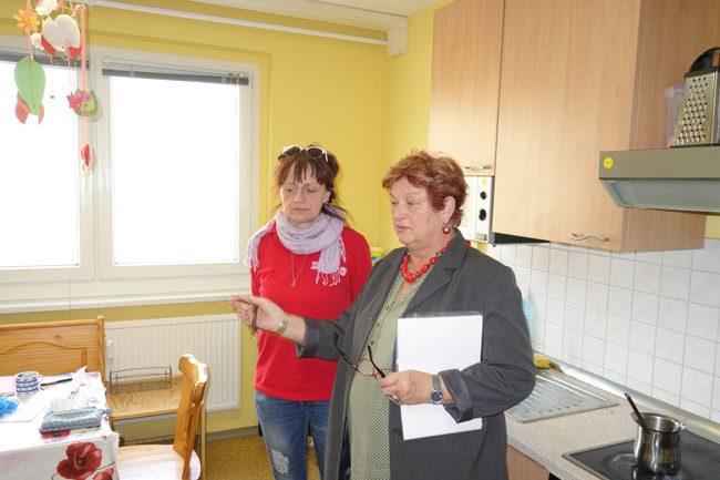 Barbara Hackenschmidt im Gespräch mit Babett Zimmer in der Johanniter-Teestube.