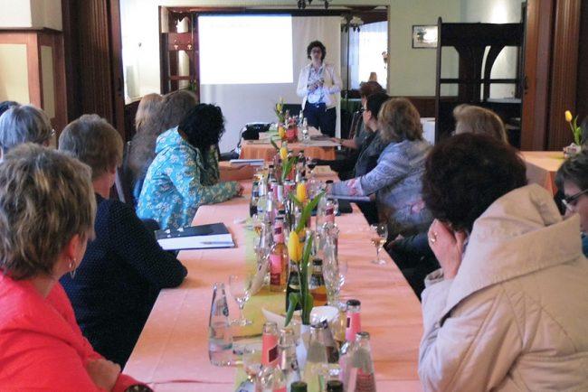 : Aufmerksam folgten die Teilnehmerinnen dem Referat von Jana Wieduwilt.