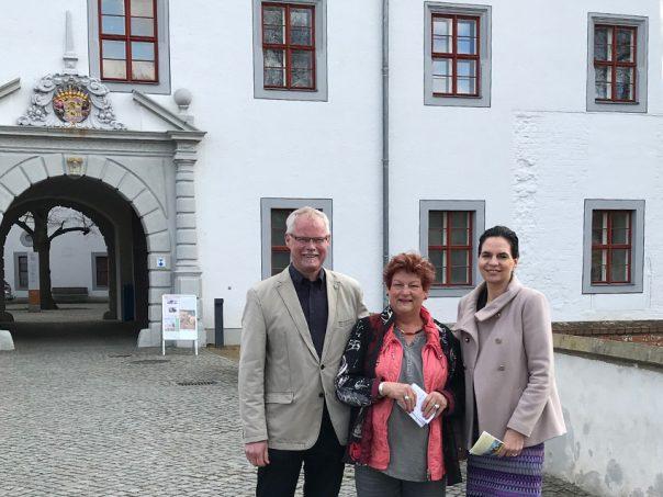 Bürgermeister Bodo Broszinski, Landtagsabgeordnete Barbara Hackenschmidt und Staatssekretärin Ines Jesse vor dem Doberluger Schlossportal.