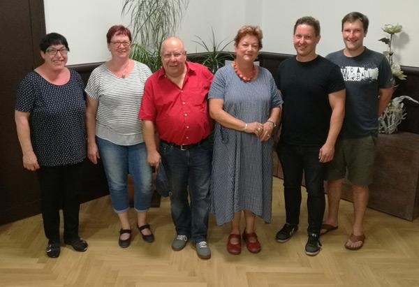Ortsvereinsvorsitzender Hannes Walter (2.v.r.), Landtagsabgeordnete Barbara Hackenschmidt (3.v.r.) und Bürgermeister Lutz Modrow (4.v.r.) zusammen mit anderen Mitgliedern der Massener SPD.