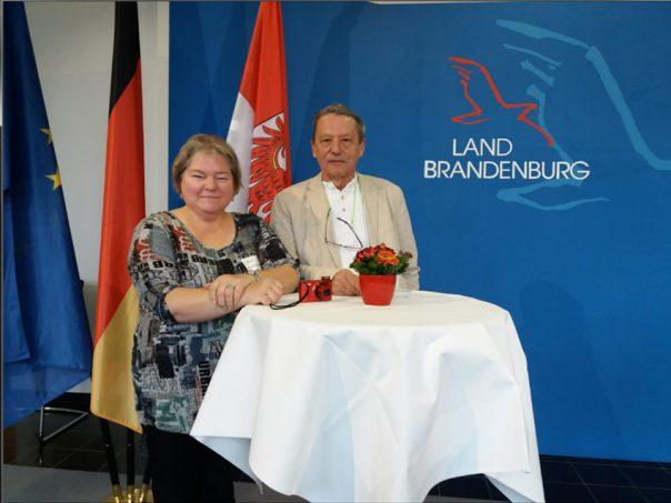 Silvia Zimmermann aus Ziesar mit Bürgermeister Dieter Sehm (SPD) bei der Auszeichnungsveranstaltung in der Staatskanzlei.