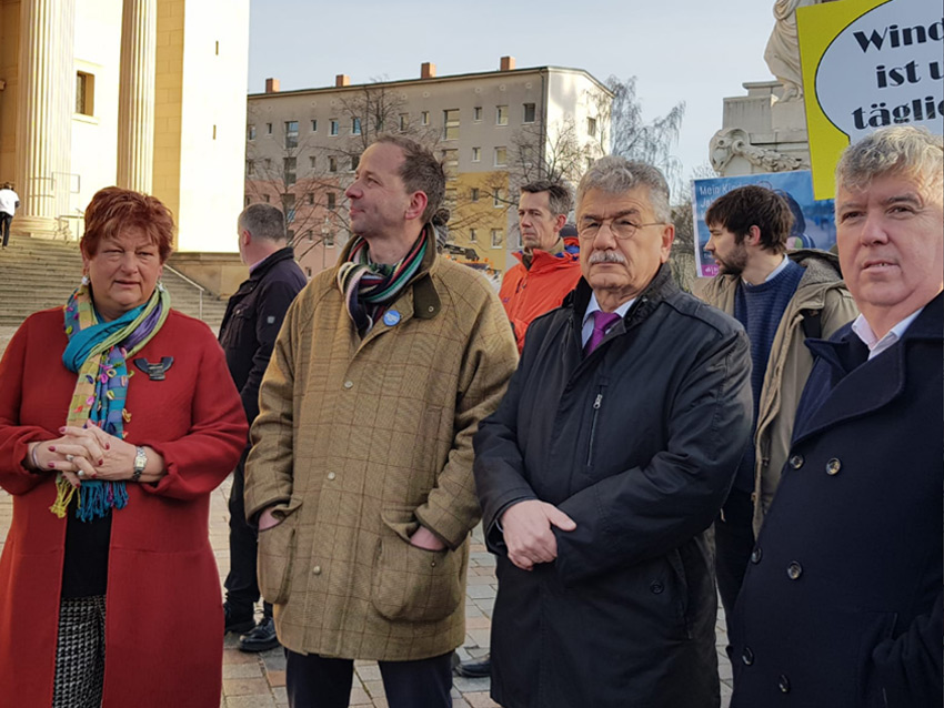Barbara Hackenschmidt mit Vertretern der Windkraft-Branche