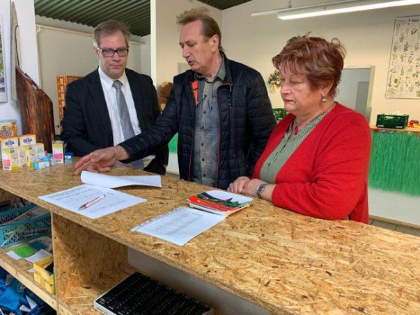 Staatssekretär Büttner, Gerhard Strauß, Leiter der Finsterwalder Tafel, und SPD-Landtagsabgeordnete Barbara Hackenschmidt in der Finsterwalder Tafel.