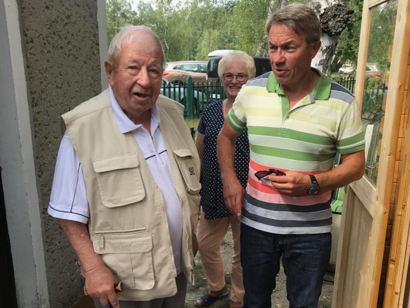Vereinsvorsitzender Ludwig Otto begrüßt den Präsidenten des Landesangelverbandes Brandenburg Günter Baaske am Vereinsbungalow des Angelsportverein Sängerstadt Finsterwalde.
