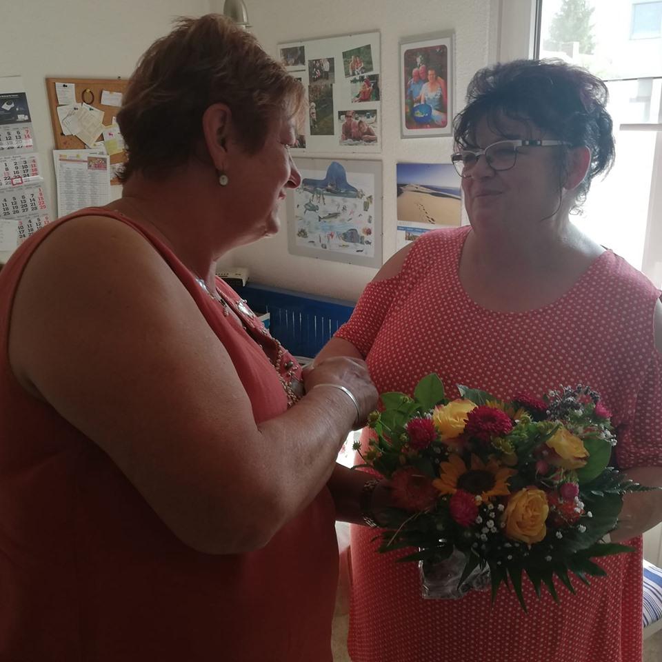Barbara Hackenschmidt dankt Frau Lausa für ihr ehrenamtliches Engagement